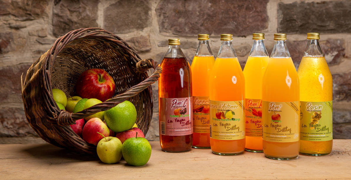 des bouteilles de jus de pomme